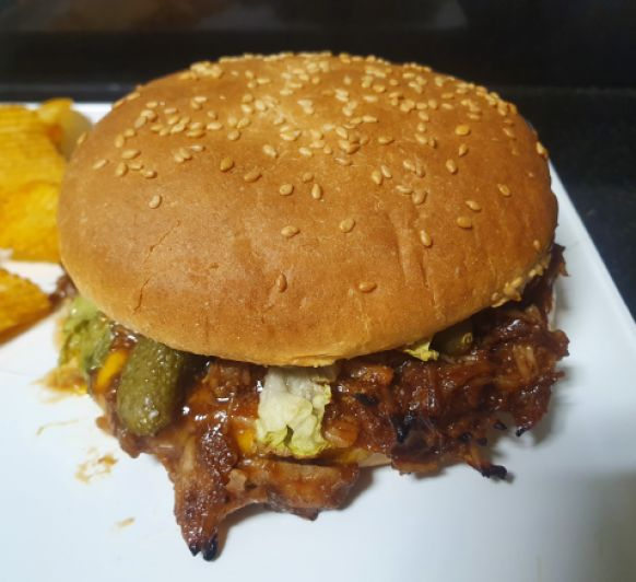 Hamburguesa de carne deshilachada estilo BBQ